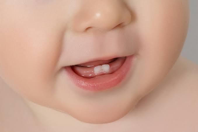 Tips Membersihkan Gigi dan Gusi Bayi yang Perlu Bunda Ketahui
