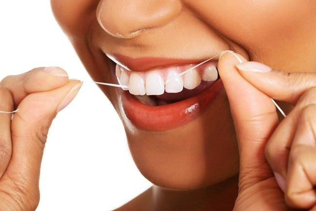 Cara dan Manfaat Membersihkan Gigi dengan Benang Gigi